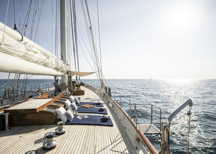 classic sailing yacht alexofloflondon port stern..jpg