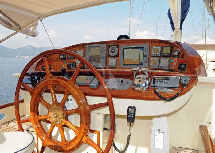 classic sailing yacht ofelia bridge.jpg