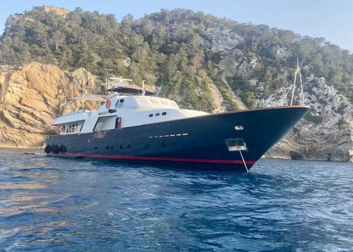 Spirit of MK at anchor Bow